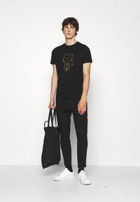 KARL LAGERFELD - CREWNECK - Print T-shirt - black/gold - 1