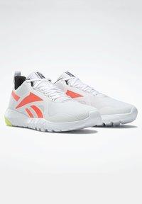 Reebok - FLEXAGON FORCE 3.0 MEMORYTECH - Obuwie do biegania treningowe - white - 5