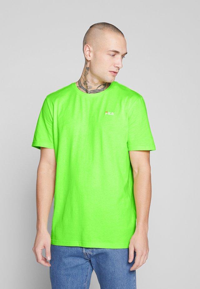 UNWIND TEE - Jednoduché triko - sharp green