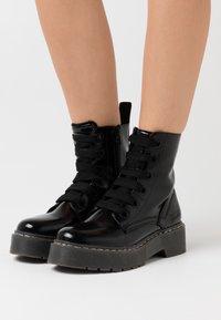 TOM TAILOR DENIM - Kotníkové boty na platformě - black - 0