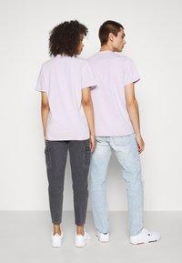 Tommy Jeans - ABO TJU X GARFIELD TEE UNISEX - T-Shirt print - lilac dawn - 2