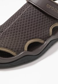 Crocs - SWIFTWATER DECK - Clogs - espresso - 5