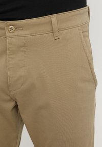 DOCKERS - SMART SUPREME FLEX SKINNY - Pantalones chinos - new british khaki - 4