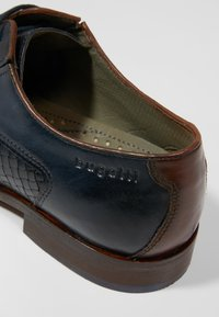 Bugatti - PATRIZIO - Derbies & Richelieus - dark blue/cognac - 5
