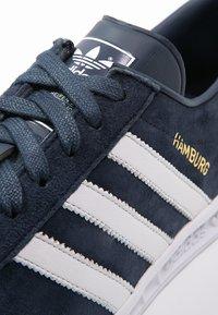 adidas Originals - HAMBURG - Matalavartiset tennarit - collegiate navy/white/gold metallic - 5
