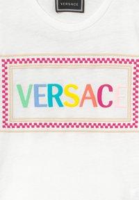 Versace - MAGLIETTA MANICA CORTA - Print T-shirt - bianco-multicolor - 3