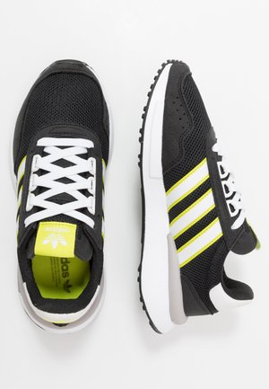 RETROSET - Matalavartiset tennarit - core black/footwear white/semi solar yellow