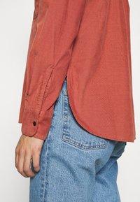 Lee - FEMININE WORKER - Button-down blouse - burnt ocra - 6