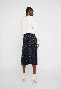 TOM TAILOR DENIM - FLOWER PLISSEE SKIRT - Áčková sukně - black/blue - 2