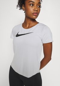 Nike Performance - RUN - Print T-shirt - grey fog/black - 5