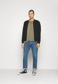 Burton Menswear London - SHORT SLEEVE CREW 5 PACK - T-paita - off white/inidgo/burgundy/dusty olive/mushroom - 1