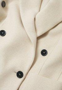 Mango - DOUBLE-BREASTED - Klasický kabát - ecru - 7