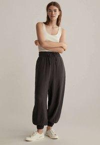 OYSHO - Pantalon de survêtement - brown - 1