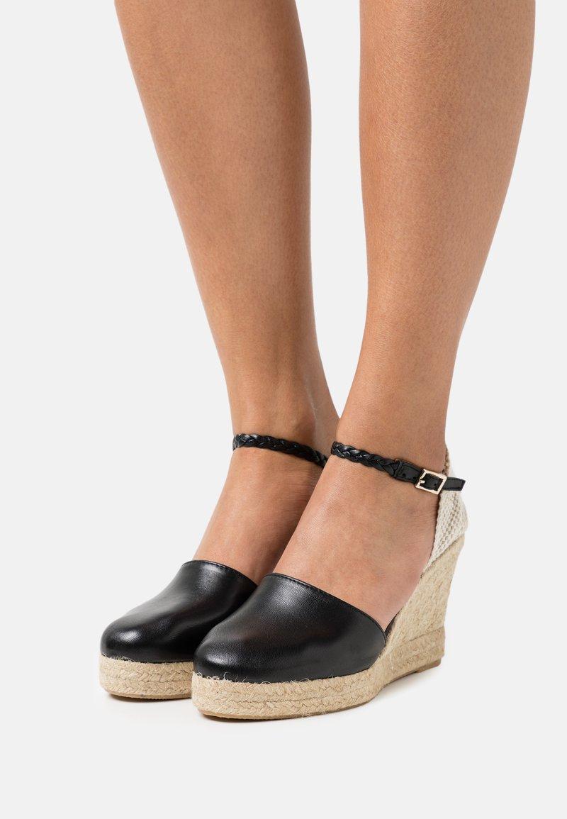 L'Autre Chose - WEDGE - Sandalen met plateauzool - black