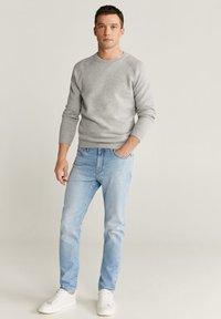 Mango - TOM TAPERED FIT - Jeans slim fit - hellblau - 1