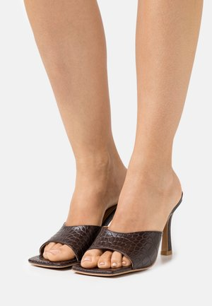 ROUNDED STRAP MULES - Mules à talons - brown glossy