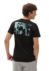 Vans - MN ISLAND DAZED SS - Print T-shirt - black - 1