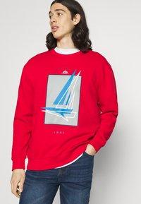 Newport Bay Sailing Club - GRAPHIC - Sweatshirt - red - 3