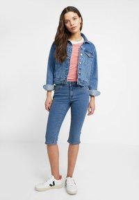 Vero Moda Petite - VMHOT SEVEN SLIT KNICKER - Denim shorts - medium blue denim - 1