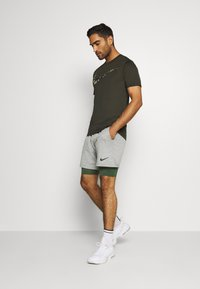Nike Performance - SHORT LONG - Medias - galactic jade/black - 1
