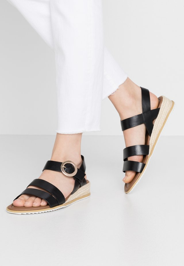WIDE FIT NERYS HESSEIAN LOW WEDGE - Sandalen met sleehak - black