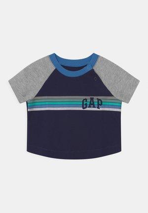 ARCH RAGLAN - Print T-shirt - navy uniform