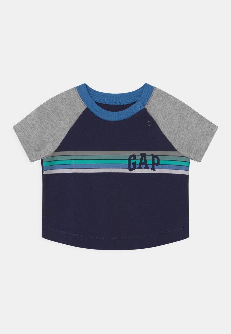 GAP - ARCH RAGLAN - Print T-shirt - navy uniform