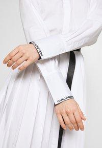 KARL LAGERFELD - DRESS LOGO BELT - Blousejurk - white - 6