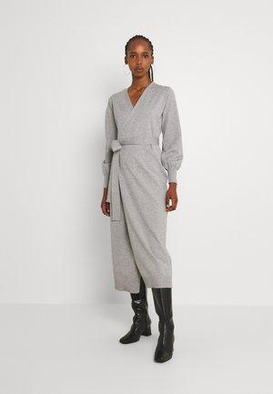 MIDI DRESS - Stickad klänning - grey