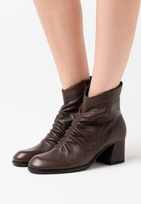 lilimill - TWISTER - Classic ankle boots - brown - 0