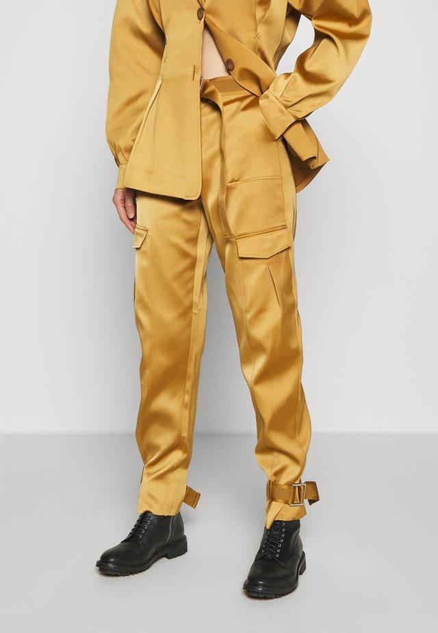 SKUNK - Pantalon cargo - gold