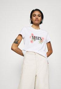 Levi's® - THE PERFECT TEE - Print T-shirt - serif white - 0