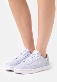 Nike Sportswear - COURT VINTAGE PRM - Trainers - ghost/sail/fossil/white - 0