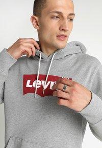 Levi's® - GRAPHIC HOODIE - Mikina skapucí - midtone heather grey - 4