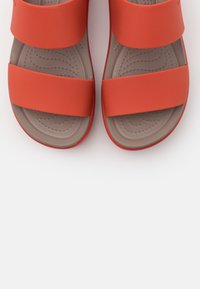 Crocs - BROOKLYN LOW WEDGE - Sandalias con plataforma - spicy orange
