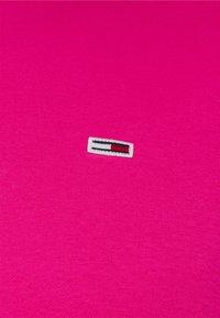 Tommy Jeans - REGULAR C NECK - Collegepaita - bright cerise pink - 2