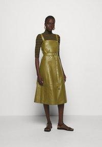 Proenza Schouler White Label - LIGHTWEIGHT BELTED DRESS - Robe d'été - military - 1