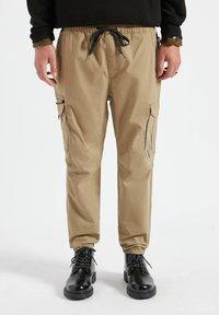 PULL&BEAR - Pantaloni cargo - mottled dark brown - 0