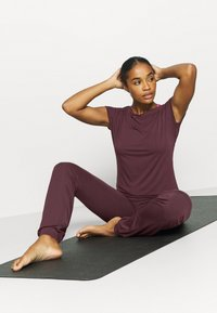 Curare Yogawear - WASSERFALL - T-shirt basic - bordeaux - 1