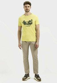 camel active - MIT PLATZIERTEM FOTOPRINT - Print T-shirt - kiwi - 1