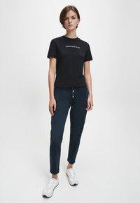 Calvin Klein Jeans - T-shirt z nadrukiem - ck black - 1