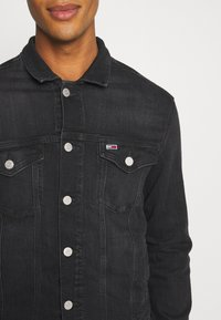 Tommy Jeans - REGULAR TRUCKER JACKET - Jeansjacka - max black - 6