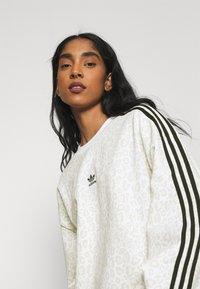 adidas Originals - LEOPARD CREW - Sweatshirt - multco/white/talc - 3