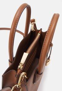 MICHAEL Michael Kors - MERCER MESSENGER - Handbag - luggage - 4
