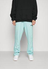 9N1M SENSE - STRIPE TRACK PANT UNISEX - Pantalon de survêtement - skyblue - 0