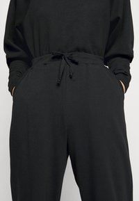 Pieces Petite - PCROKKA  - Tracksuit bottoms - black - 5