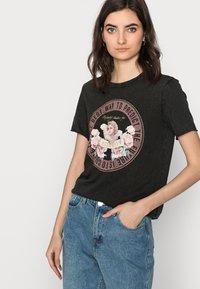 ONLY Tall - ONLLUCY LIFE CHERUB BOX - Camiseta estampada - black - 3