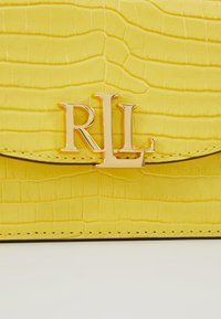 Lauren Ralph Lauren - MINI CROC EMBOSS MADISON  - Riñonera - lemon sorbet - 7