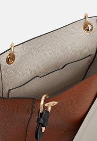 PARFOIS - VIOLET SET - Handbag - camel - 2