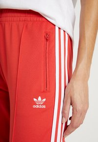 adidas Originals - SUPERSTAR SUPER GIRL ADICOLOR TRACK PANTS - Spodnie treningowe - lush red/white - 4